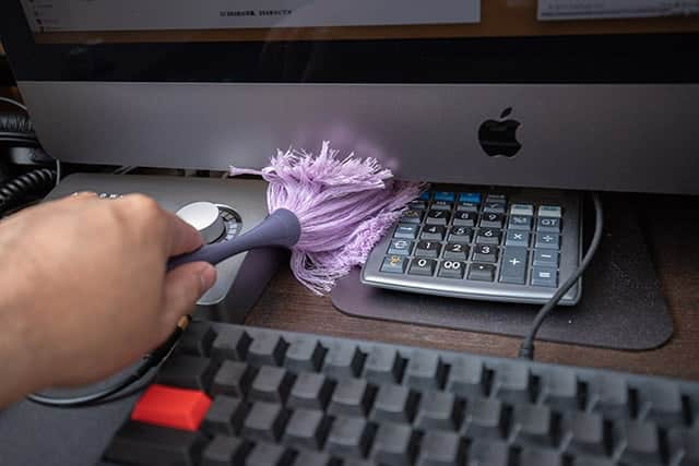机の上のホコリ取りに最適なダスキンのモップレビュー ミニサイズなのでiMac下の隙間もスイスイ