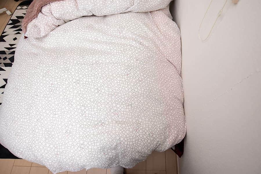 壁からの湿気がつかないようにするのと、布団を挟み込むため