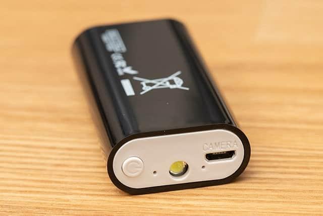 もう片方にはカメラの接続端子と電源ボタン