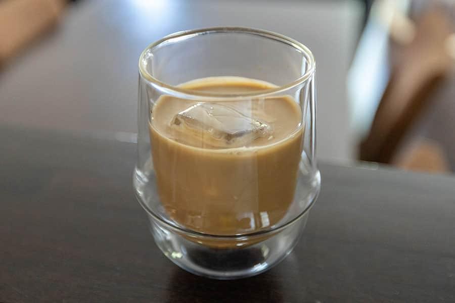 牛乳を入れると濃いカフェラテの出来上がり