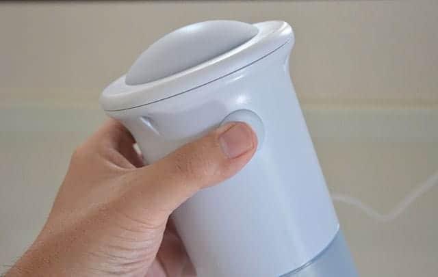 『かんたん電動氷かき器』本体をセットしスイッチを押します。