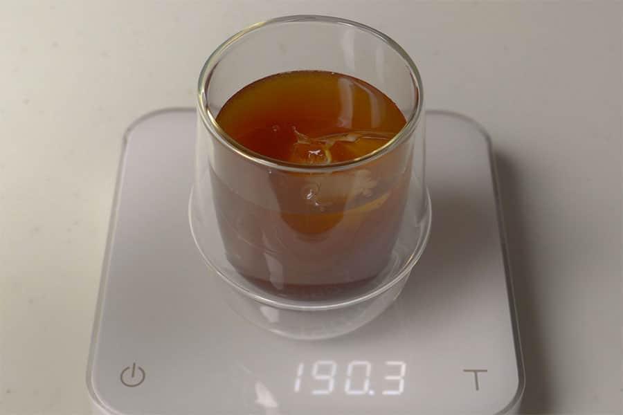 溶かしたエスプレッソキューブに氷と水50gを混ぜてアイスコーヒー