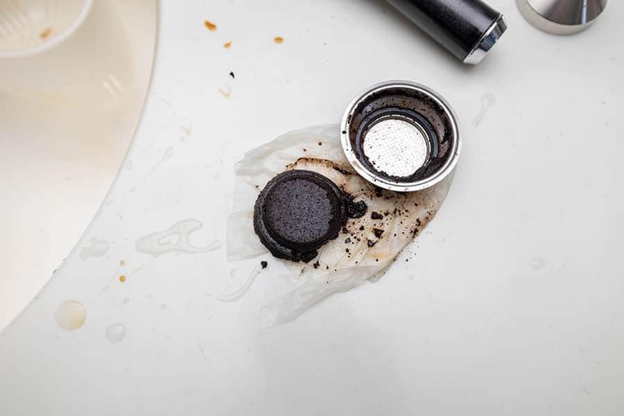 フィルターを叩いてティッシュにコーヒー粉のカスを落とす
