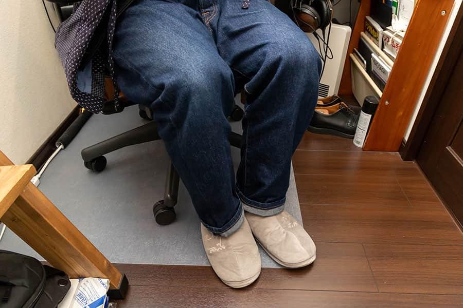 アーロンチェアにジーンズと丹前を着て座ってる写真