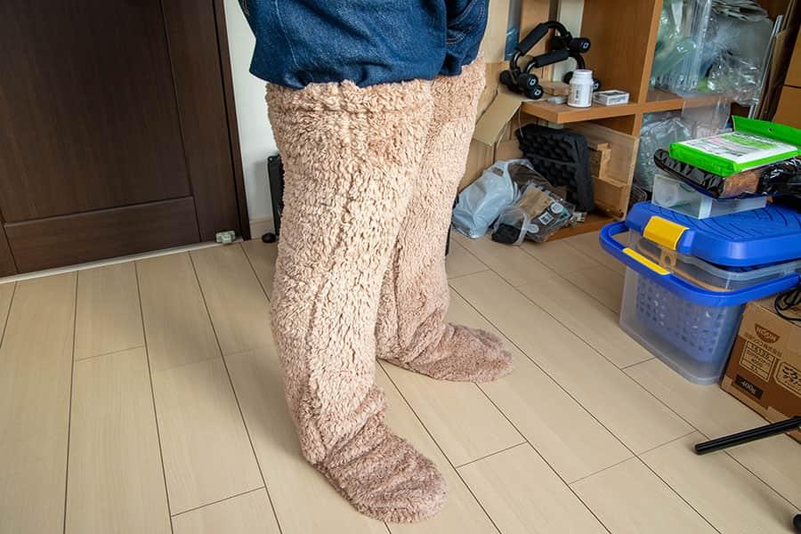 ジーンズの上から足用毛布を履いてみた