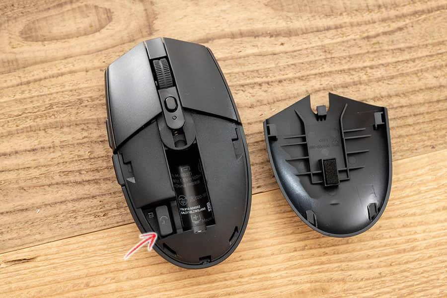 電池を入れる場所は、マウス本体の上側を下にスライドする