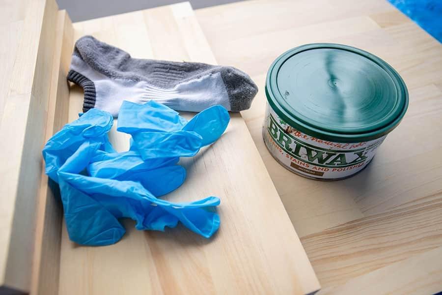木材を塗るブライワックス