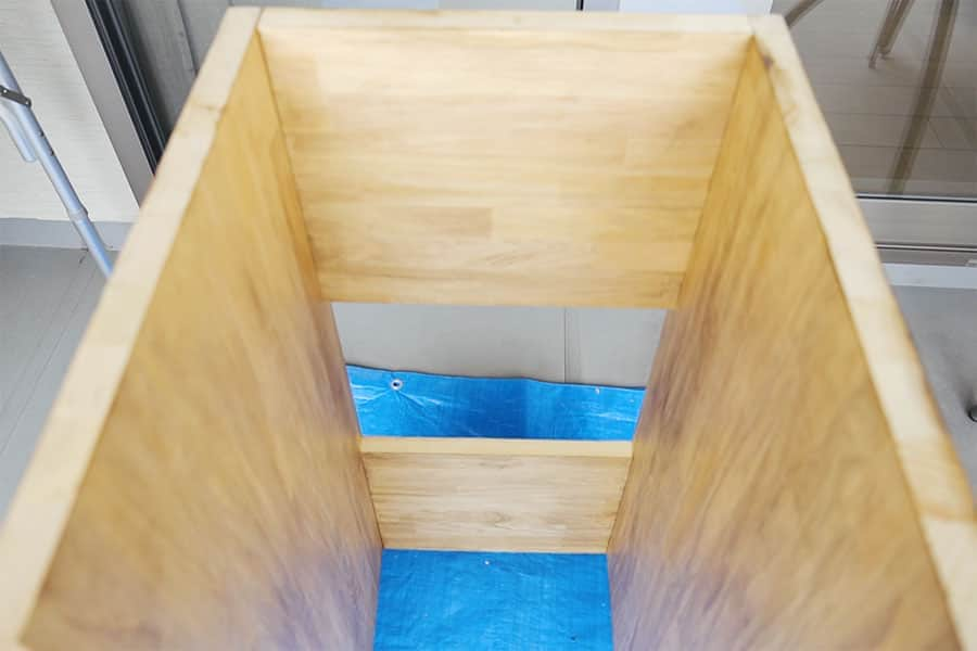 ゴミ箱ラック 背面の板2枚の取り付け完了