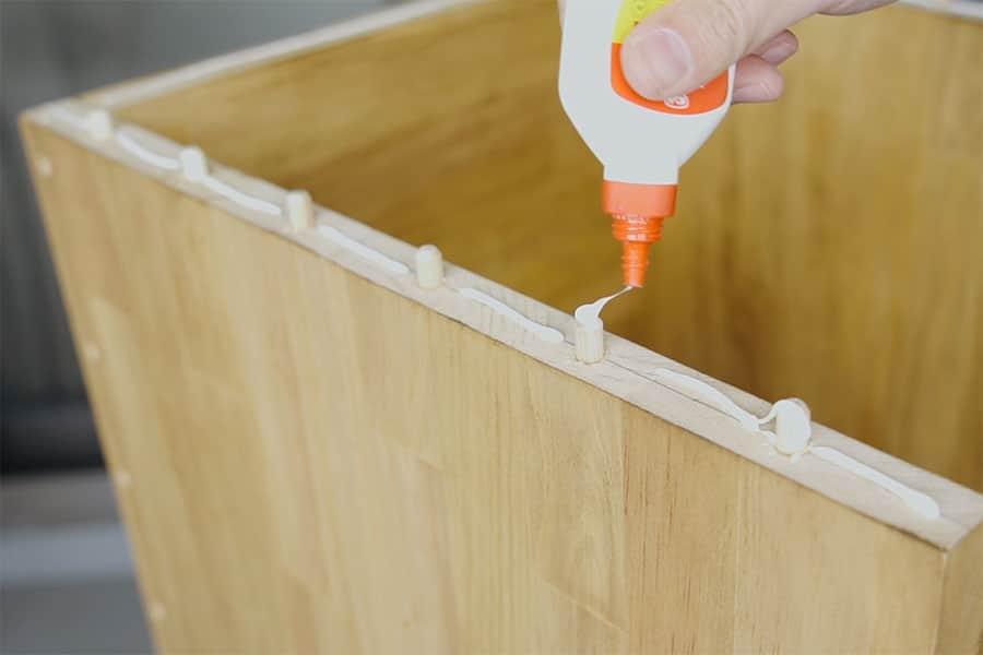 ダボを挿して木工用ボンドを塗る