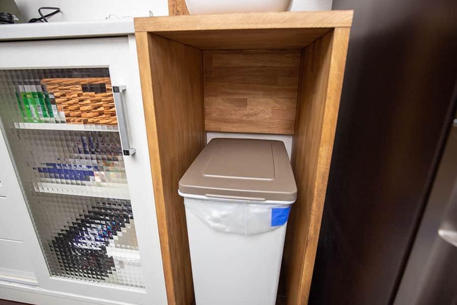 ゴミ箱の上にも空間がある