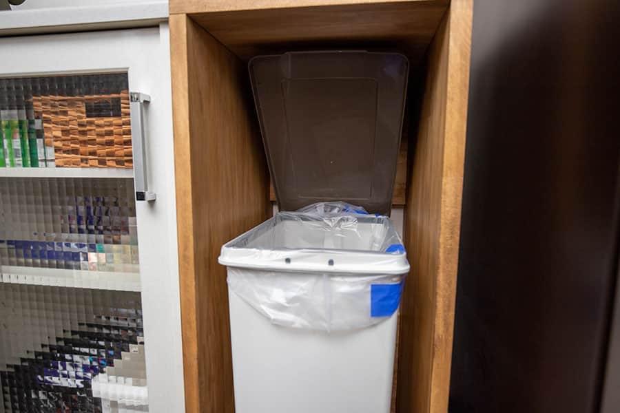 ゴミ箱を十分な広さで開けられる