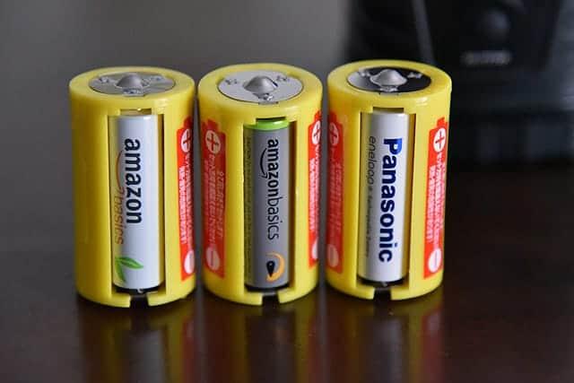 電池を入れた単一電池スペーサー