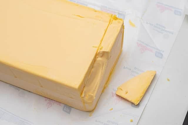 半分ぐらいまで包丁が入ったら横にグイッとやったらボロッとバターが取れました