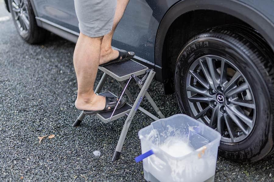 CX-5の洗車時に2段踏み台を使う