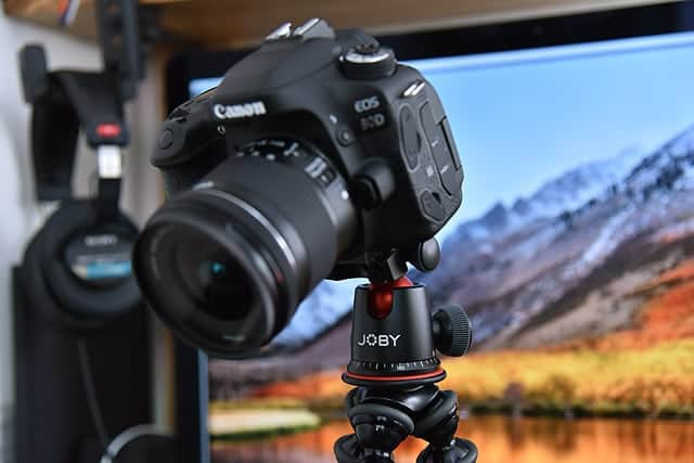 キヤノン80Dとレンズ、合計1kgほどのカメラとレンズを乗せてみた