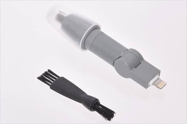iPhone用の鼻毛カッターと付属のブラシ