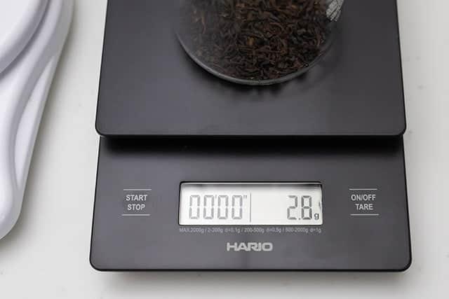 紅茶の茶葉を2.8g測る