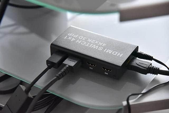テレビの裏から見たHDMI切替器