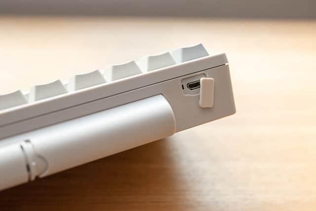 USB micro-B ケーブルで給電する