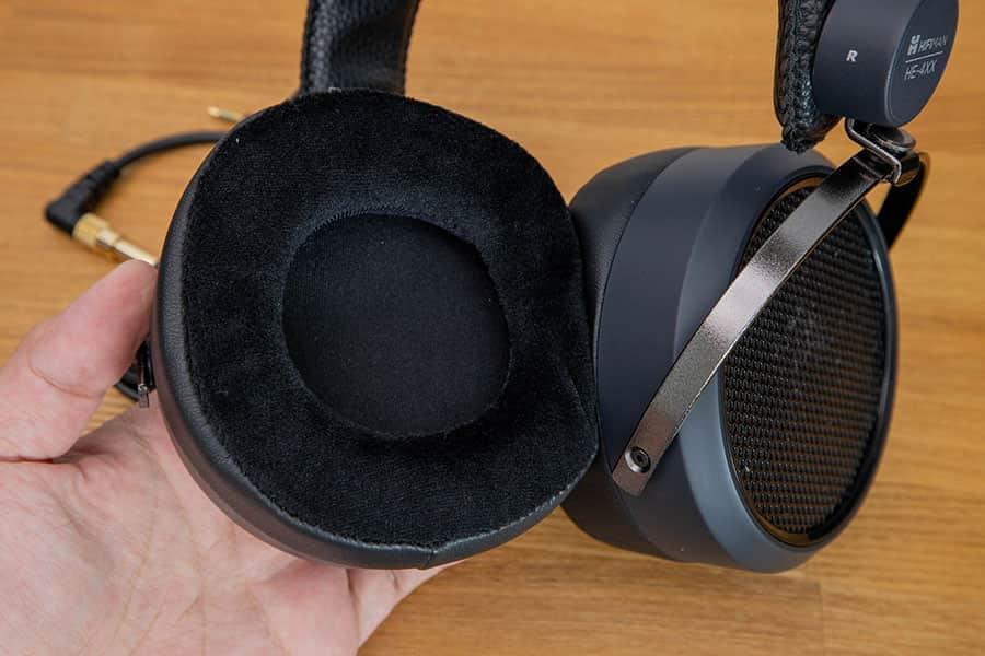 HE-4XXのイヤーパッド 側面は合皮で耳にあたる部分がベロアになってます