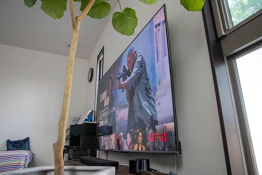 壁に密着してるので75インチの大きなテレビでも圧迫感がありません