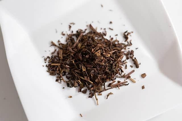 ほうじ茶の茶葉 香ばしい香りが漂う