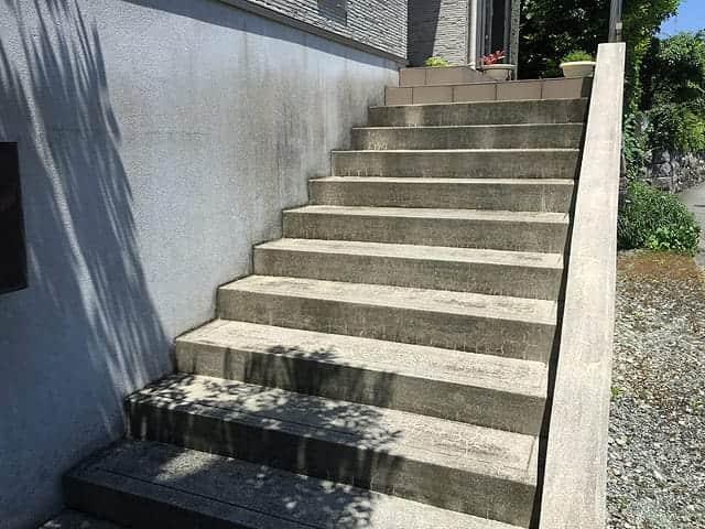 玄関前のコンクリートの階段