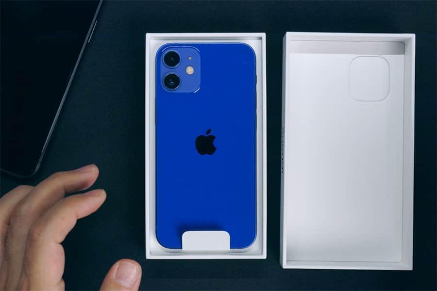 箱を開けると真っ青なiPhone 12 miniが出てきた