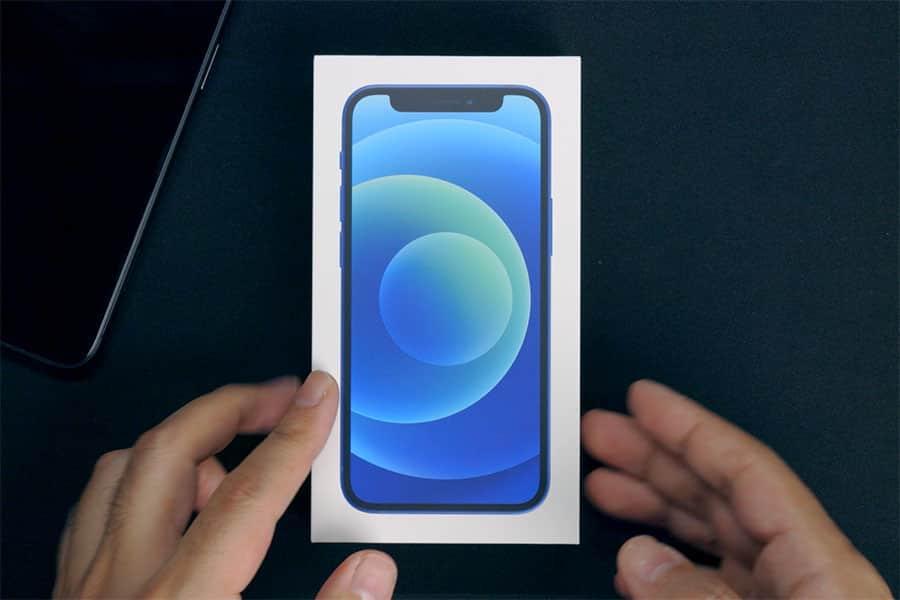 iPhone 12 mini ブルーのパッケージ