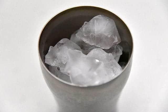 サーモスのタンブラーに氷をたっぷりと入れる