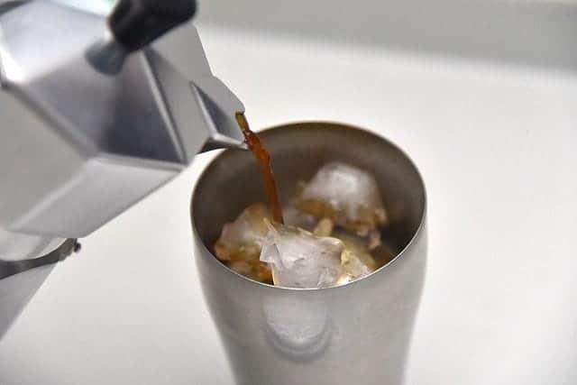 エスプレッソを氷が入ったコップに注ぐ
