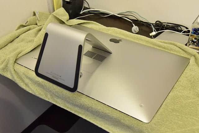 iMacを机の上に寝かせる