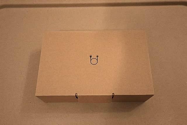 電源ケーブルのイラストが描かれた箱