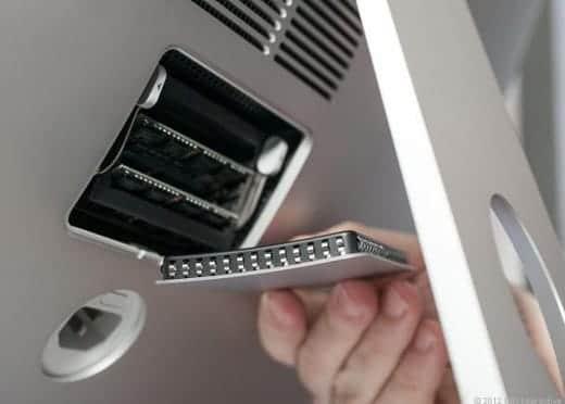 27インチiMacの背面メモリへの扉