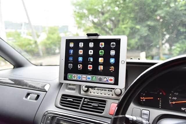 iPadを設置した車載ホルダー