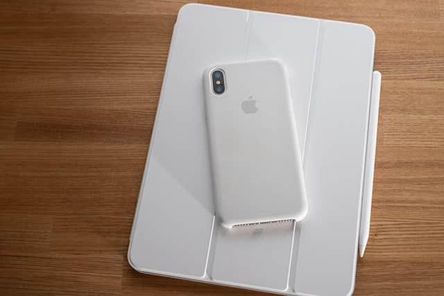 iPhone Xのホワイトシリコンケースとも相性バッチリ
