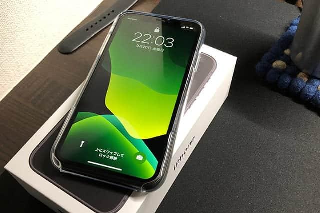 iPhone 11とクリアケースと緑の壁紙