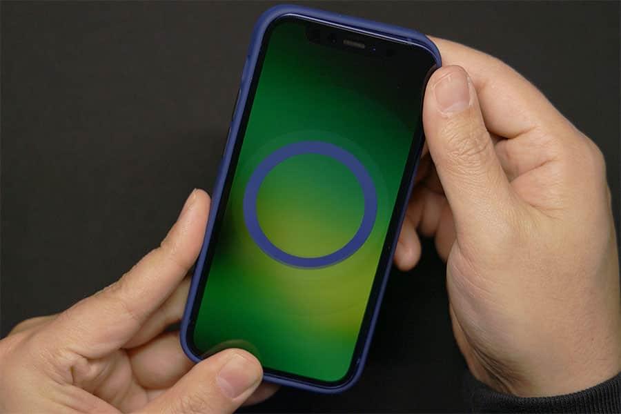 iPhone 12 miniに装着すると「プンッ」という音ともに丸いマークが出現しました