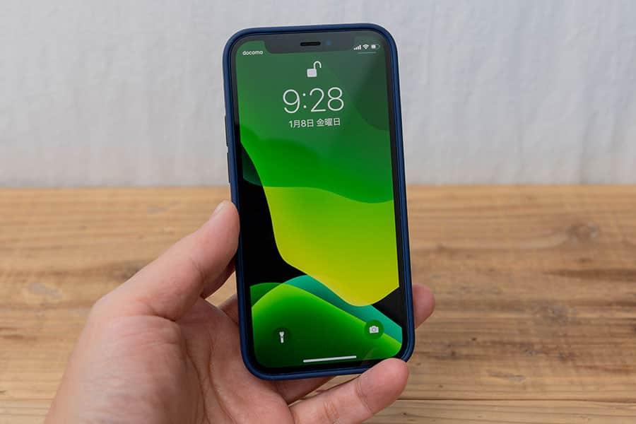 iPhone 12 miniに純正シリコーンケースを装着した写真