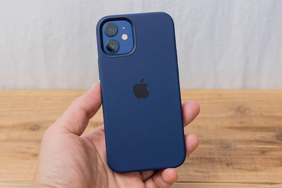 iPhone 12 mini と純正シリコーンケースの背面