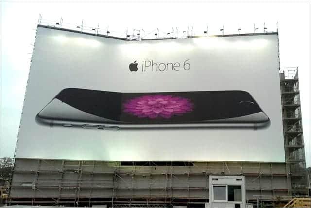 曲がる iPhone 6 ベルリンに設置された本物の看板