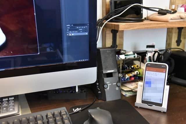 机の上のiMacとiPhone X