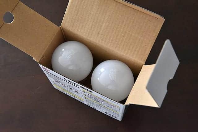 アイリスオーヤマのLED電球 2個入り 箱を開けた写真