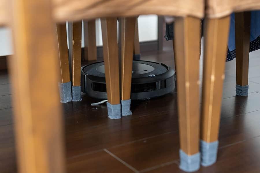 ダイニングテーブルの椅子の間もご覧の通りスイスイと進む