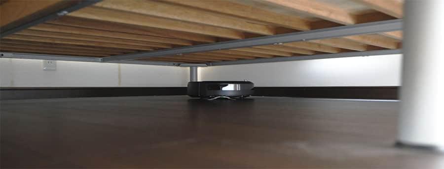 ベッドの下の手が届かないところも簡単に掃除してくれます