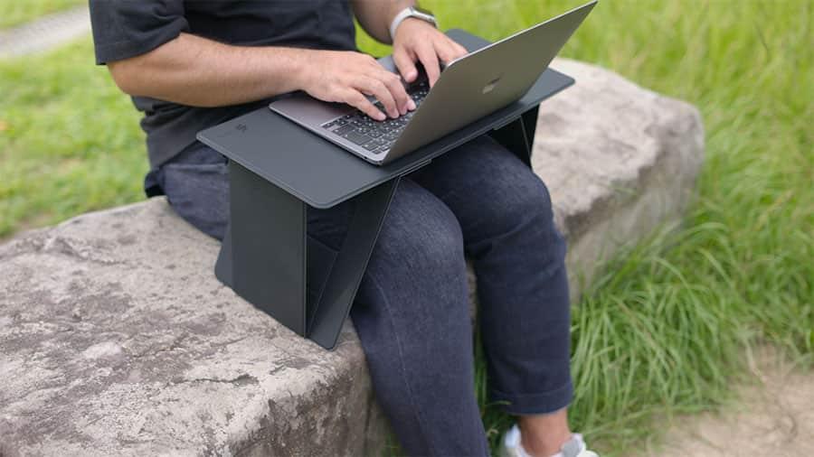 ちょっとした石のベンチもパソコン作業場所に早変わり