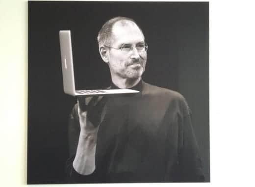 アップル本社のジョブズの写真 MacBook Airと