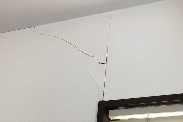 ヒビが入った室内の壁