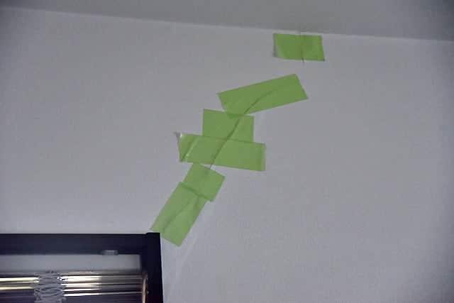 壁紙が浮いてこないように養生テープで仮押さえ
