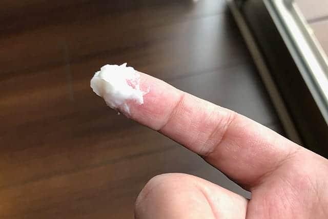 指にたっぷりとって塗る